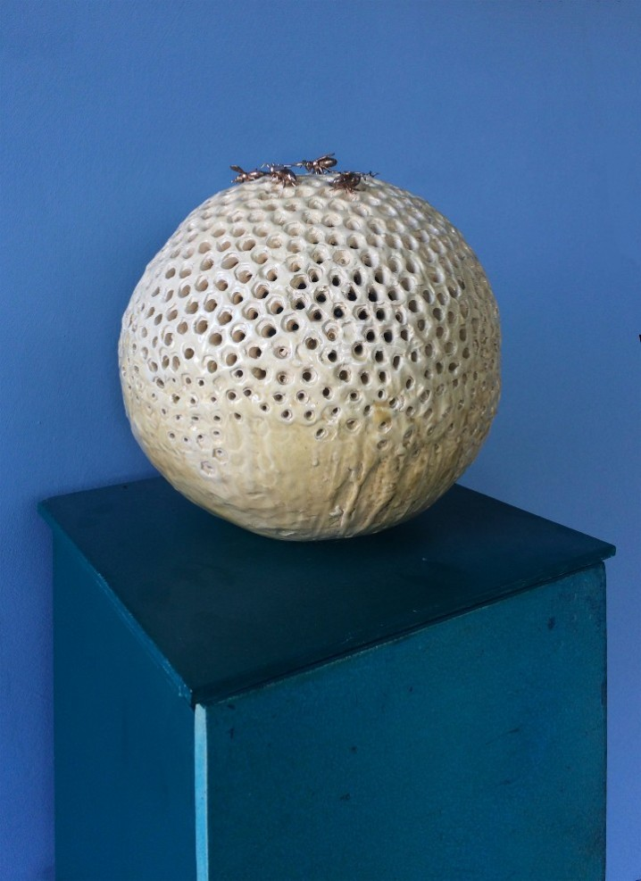 Jessica Carroll, _Arnia_, 2018, cm 108x30x30, ceramica, legno dipinto e (7) api in bronzo, diametro sfera cm 29